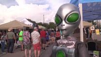 USA: Wyznawcy UFO przybyli na festiwal w Roswell. Tydzień wcześniej ukazał się raport Kongresu dot. latających spodków
