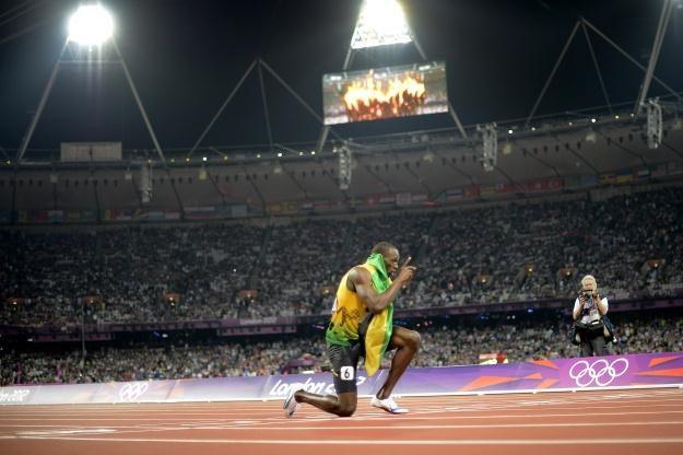 Usain Bolt cieszy się z wygranego sprintu /AFP