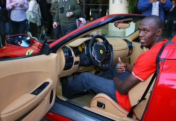Usain Bolt jest szybki jak Ferrari i lubi oglądać się w TV /AFP