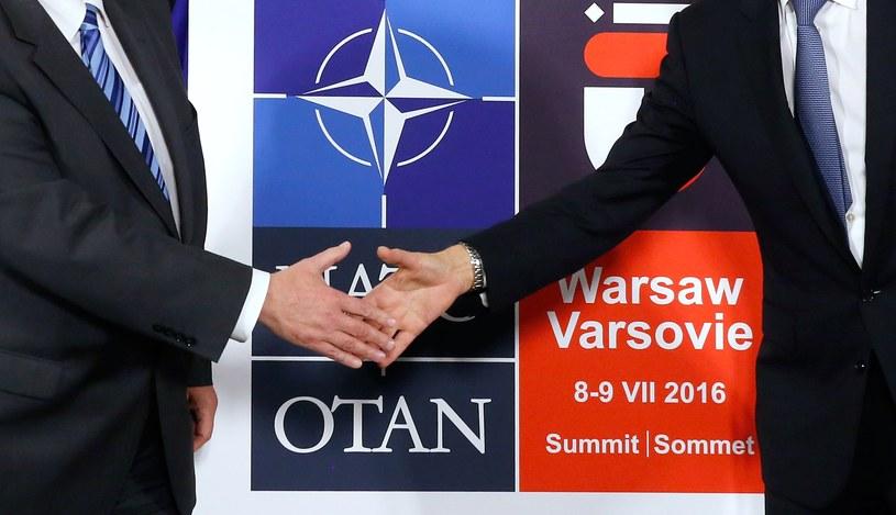 Uścisk dłoni Sekretarza Generalnego NATO i szefa polskiego MSZ /Jonathan Ernst /AFP