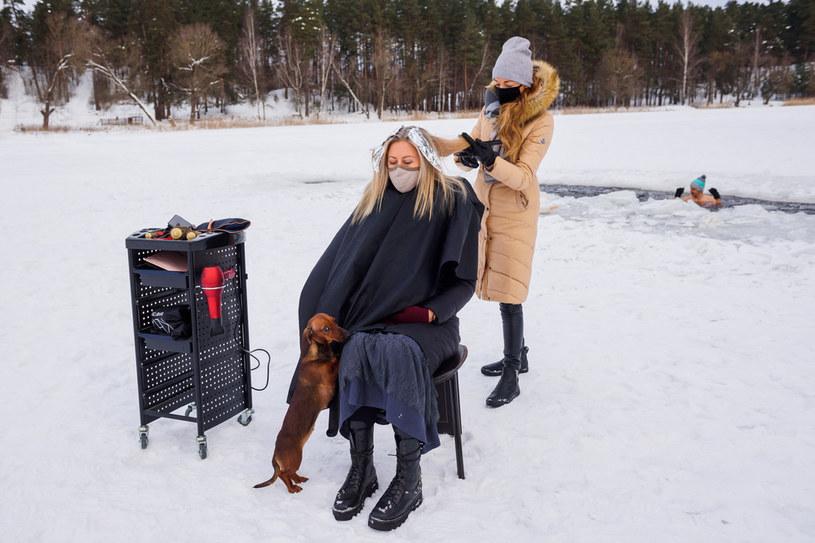Usługa fryzjerska w nietypowych okolicznościach /AFP