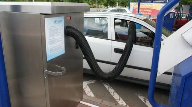 Usługa samodzielnego ozonowania wnętrza samochodu polega na skorzystaniu ze specjalnego urządzenia, przypominającego nieco odkurzacze spotykane na stacjach benzynowych. /Motor