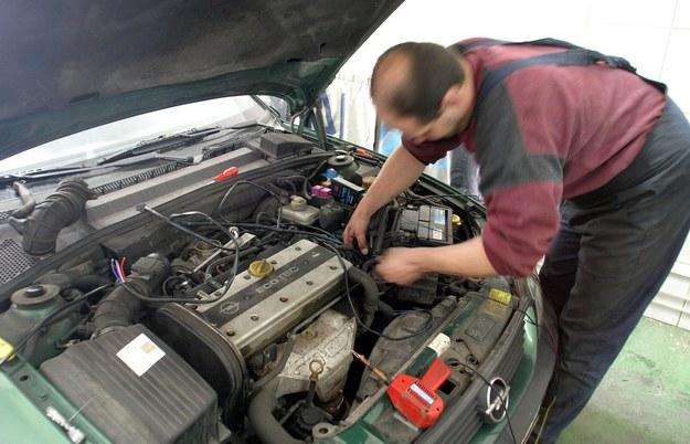 Usługi domorosłych mechaników są tanie, ale zwykle nie mamy żadnej gwarancji, że taka osoba wie co robi /Darek Redos /Reporter