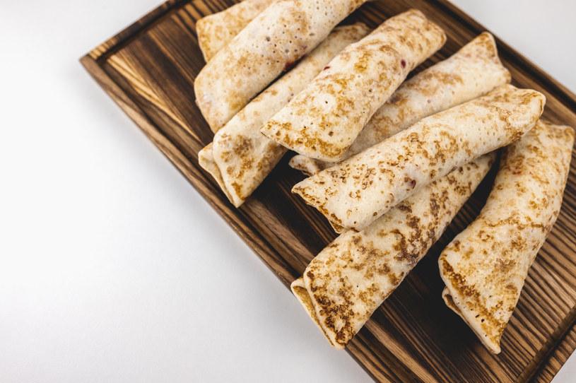 Usmaż naleśniki, dodaj nadzienie i zwiń. Teraz już tylko do piekarnika i danie gotowe! /123RF/PICSEL