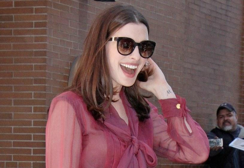 Uśmiechnięta Anne Hathaway /East News