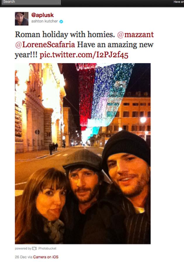 Uśmiechnięty Ashton korzysta z życia! Tutaj: z przyjaciółmi w Rzymie. Zdjęcie opublikował na swoim profilu na Twitterze. /Splashnews