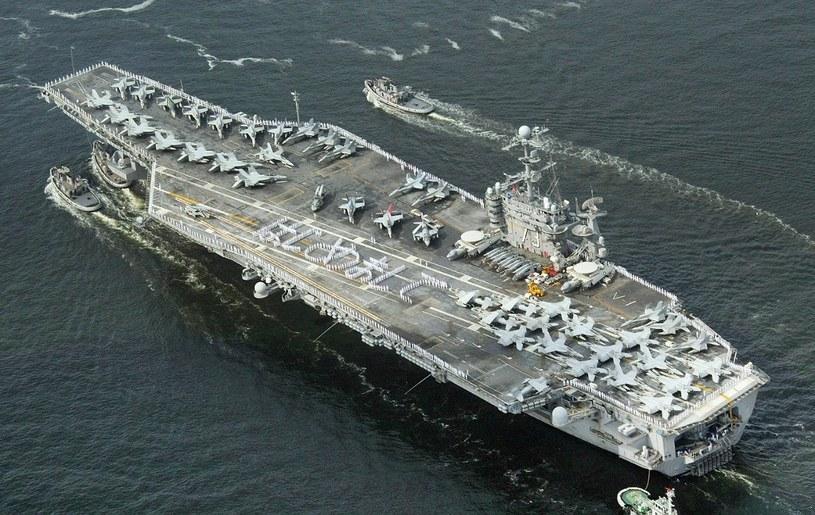 USS George Washington  - trudno uwierzyć, ale pole magnetyczne supermagnezu jest w stanie podnieść lotniskowiec /AFP
