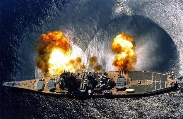 """USS """"Iowa"""" strzela z 406-milimetrowych dział   Fot. US Navy /materiały prasowe"""