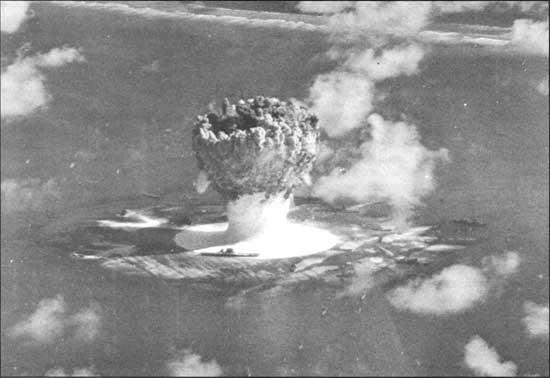 """USS """"Saratoga"""" podczas testów bomby atomowej 15 sierpnia 1946 roku. Widać ją tuż przy grzybie atomowym /INTERIA.PL/materiały prasowe"""