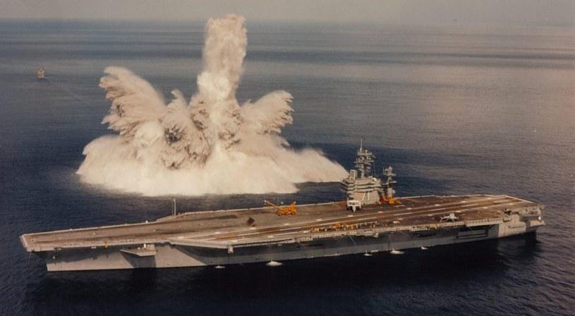 """USS """"Theodor Roosevelt"""" podczas testów wytrzymałościowych w 1987 roku /US NAVY /domena publiczna"""