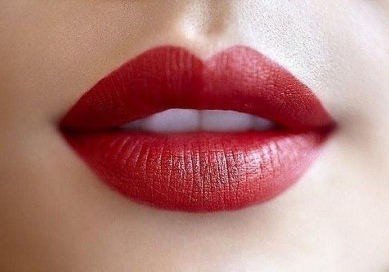 Usta pełne w środku /© Photogenica