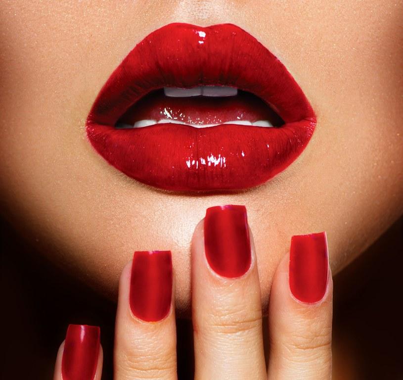 Usta w tym sezonie mają mocno nasycony kolor. Do wyboru czerwień, fuksja i wiśnia /123RF/PICSEL