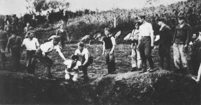 Ustasze mordują więźniów w obozie w Jasenovac. W brutalny sposób zamordowano od 300 do 600 tys. ludzi/ Wikimedia /INTERIA.PL/materiały prasowe