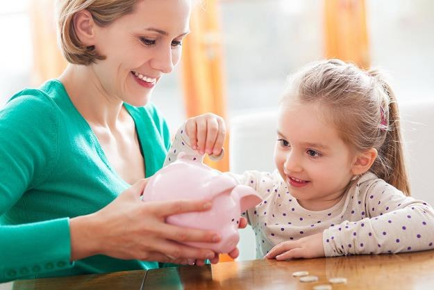Ustawa wprowadzająca comiesięczne wypłaty po 500 zł na dzieci to sztandarowy projekt PiS /©123RF/PICSEL