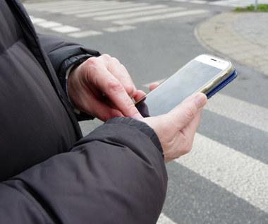 Ustawa zakazująca używania telefonów na przejściach podpisana