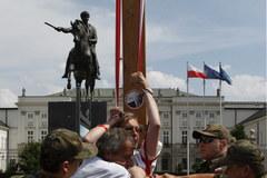 Usunięcie protestującej kobiety spod krzyża
