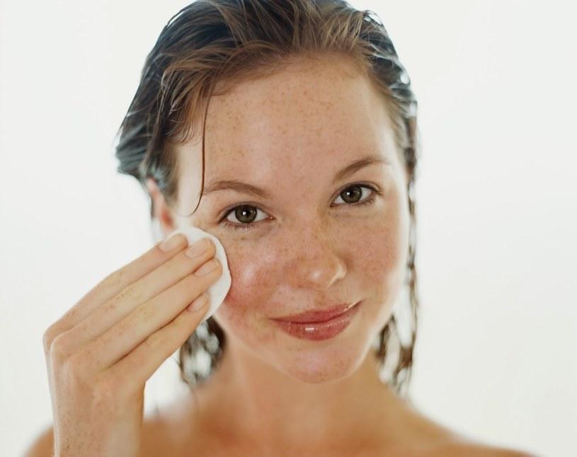 usuwanie makijażu oliwką /© Photogenica