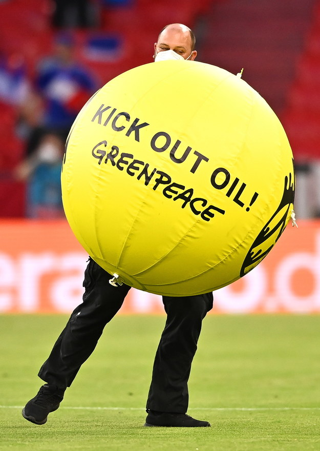 Usuwanie piłki Greenpeace ze stadionu /LUKAS BARTH-TUTTAS /PAP/EPA