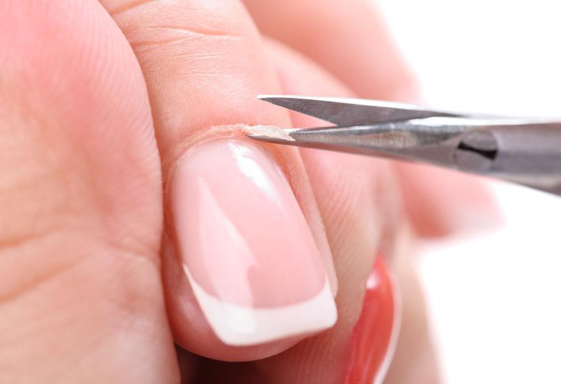Usuwanie skórek wokół paznokci wymaga dużej precyzji /123RF/PICSEL