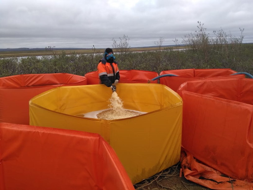 Usuwanie skutków wycieku paliwa w Norylsku /Russian Marine Rescue Service press service Handout HANDOUT /PAP/EPA