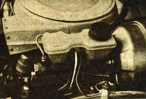 Usytuowanie zbiorniczka na pompie hamulcowej umożliwiło rezygnację z elastycznych przewodów, a przez to zmniejszyło prawdopodobieństwo wycieków płynu. /Motor