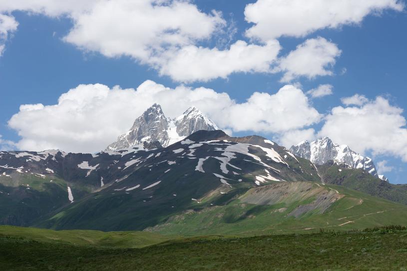 Uszba, góra o dwóch wierzchołkach nazywana Matterhornem Kaukazu. Mierzy 4700 m, wyprawa na szczyt zajmuje 12 godzin /123RF/PICSEL