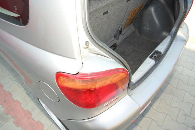 Uszczelki tylnych lamp często są sparciałe, przez co do bagażnika przedostaje się woda. /Motor