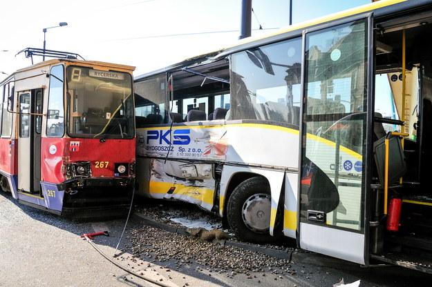 Uszkodzenia po zderzeniu tramwaju i autobusu /Andrzej Damazy /PAP