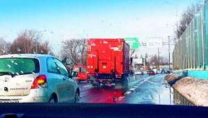 Uszkodzenie auta - lód spadający z ciężarówki