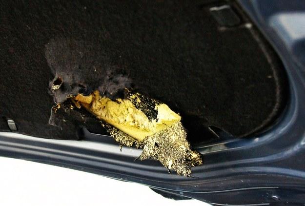 Uszkodzona mata pokrywy silnika w Volkswagenie Golfie. Wymiana to wydatek 250 zł. /Motor