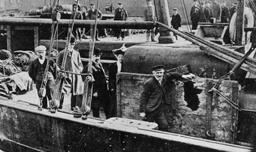 Uszkodzone ogniem rosyjskich dział brytyjskie trawlery rybackie /domena publiczna