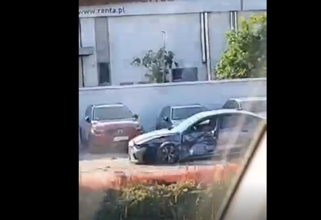 Uszkodzone zostały dwa auta na parkingu salonu samochodowego /Gorąca Linia RMF FM
