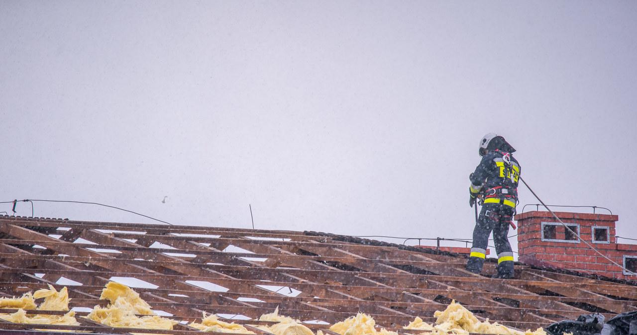 Uszkodzony dach szkoły w Męcinie koło Limanowej w Małopolsce