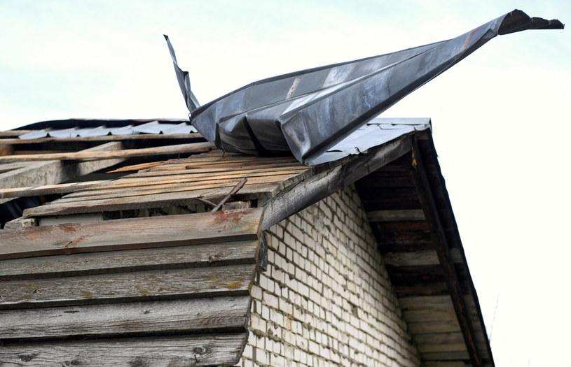 Uszkodzony dach wiaty przystankowej na Podkarpaciu /Darek Delmanowicz /PAP
