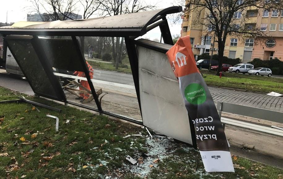 Uszkodzony przystanek autobusowy /Mateusz Czmiel /RMF FM