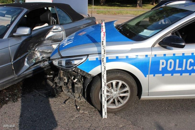 Uszkodzony radiowóz (Źródło: Policja.pl) /Policja