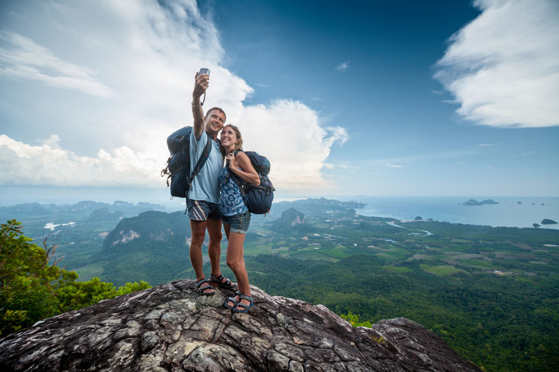Utonięcia i upadki ze skarpy - to najczęstsze przyczyny śmierci podczas robienia selfie /123RF/PICSEL