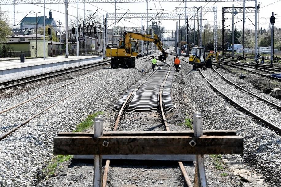 Utrudnienia dla podróżujących koleją w rejonie Chałupek przy polsko-czeskiej granicy w Śląskiem. Zdjęcie ilustracyjne /Darek Delmanowicz /PAP