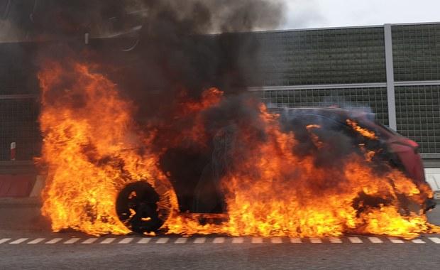 """Utrudnienia na """"7"""". Samochód stanął w płomieniach"""