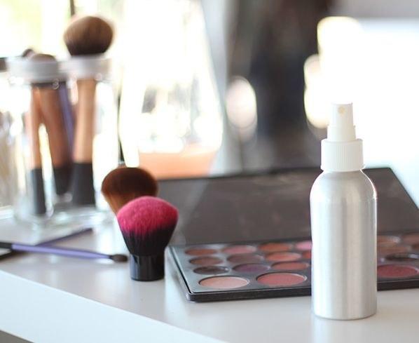Utrwalacz makijażu z gliceryny /© Photogenica