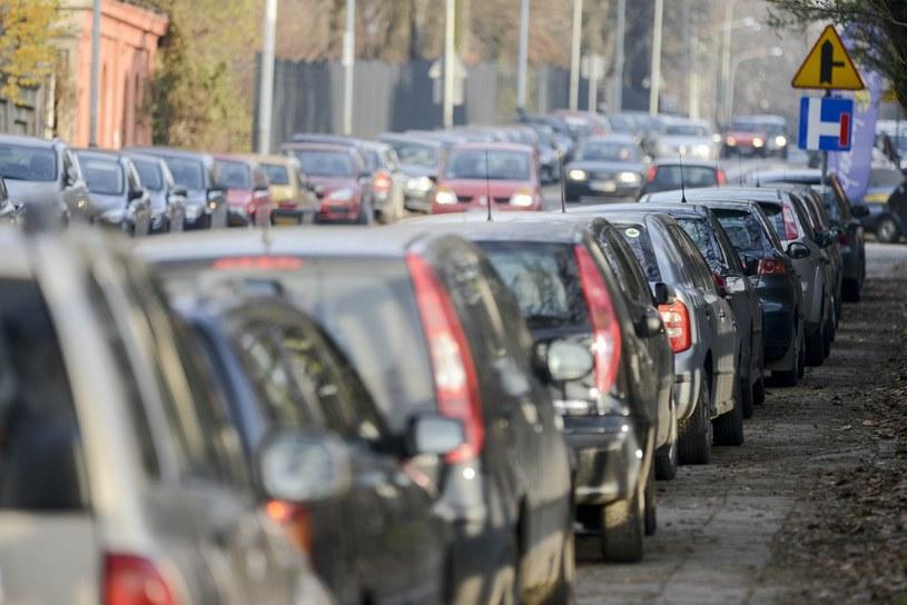 Utrzymanie samochodu kosztuje fortunę, a jednak wszyscy chcą go mieć /Piotr Kamionka /Reporter