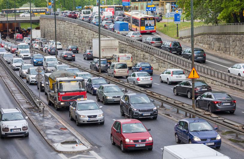 Utrzymanie samochodu to duży koszt. Czy rząd pomoże kierowcom? /Arkadiusz Ziółek /East News