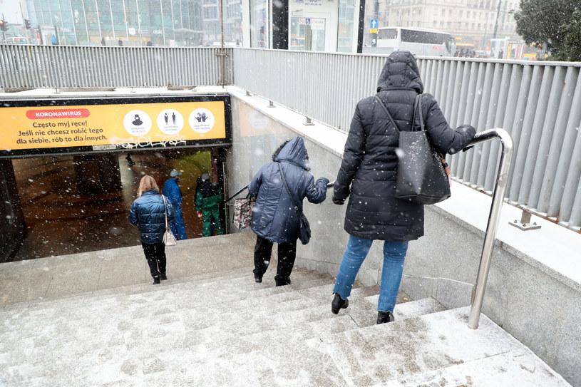 Uwaga na oblodzone chodniki czy schody /Piotr Molecki /East News