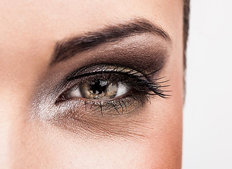 Uważaj, aby nie domalować sobie ciemnych kręgów pod oczami /123RF/PICSEL