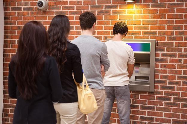 Uważaj, by nie zapłacić 80 zł za wyjęcie z bankomatu 100 funtów /©123RF/PICSEL