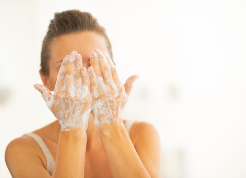 Uważaj,  czym myjesz twarz /123RF/PICSEL
