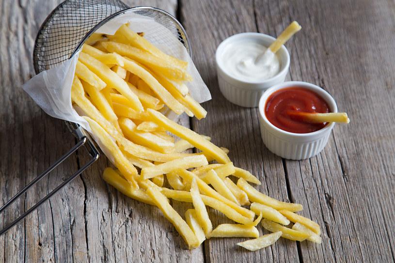 Uważaj! Frytki z majonezem to podwójna dawka kalorii /123RF/PICSEL