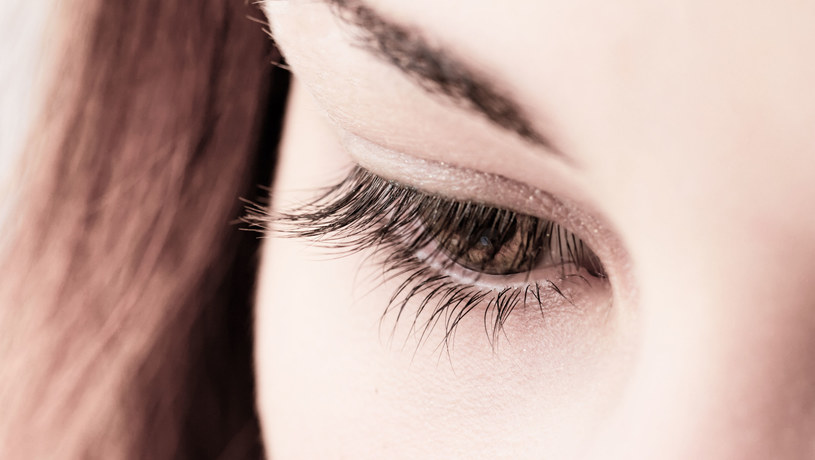 Uważaj na okłady z ziół (np. rumianku) i herbaty – niekiedy mogą podrażnić wrażliwe oczy /123RF/PICSEL