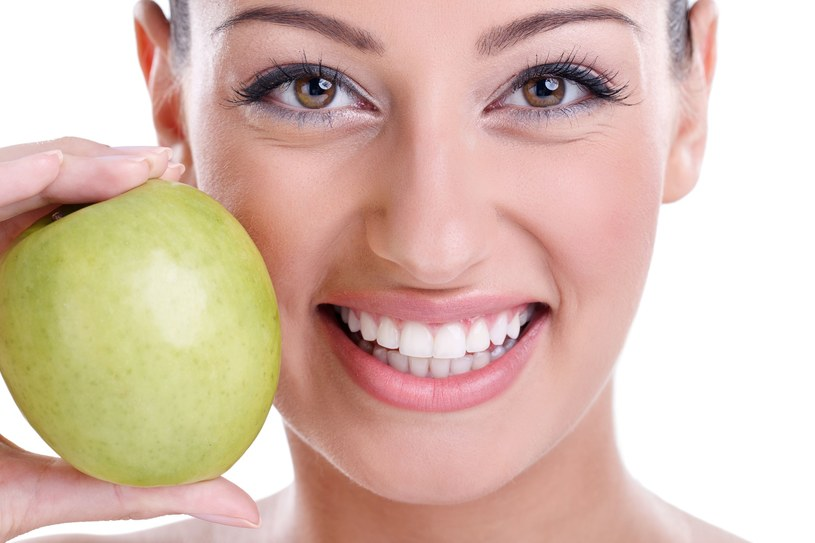 Uważaj również na cytrusy, które mogą osłabiać szkliwo /123RF/PICSEL
