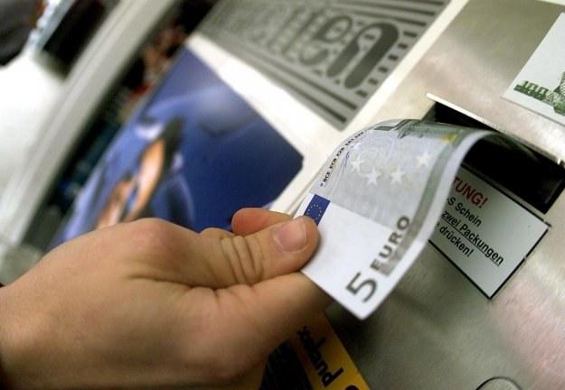 Uważaj, to pieniądz na wyciągnięcie ręki! /AFP